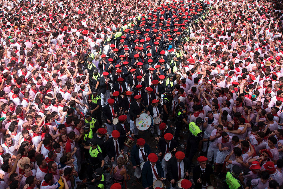9. В красных кепках — музыканты. (Фото Ander Gillenea):  10. Такие традиционные красные шарф