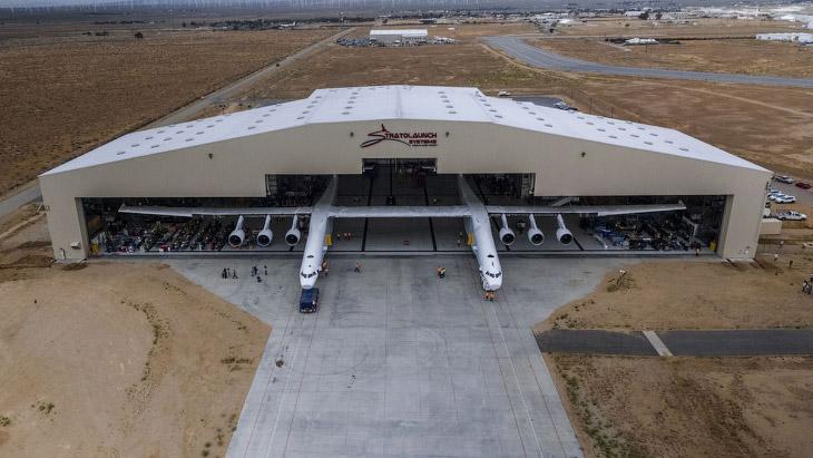 Stratolaunch – самый большой с мире самолет (8 фото)