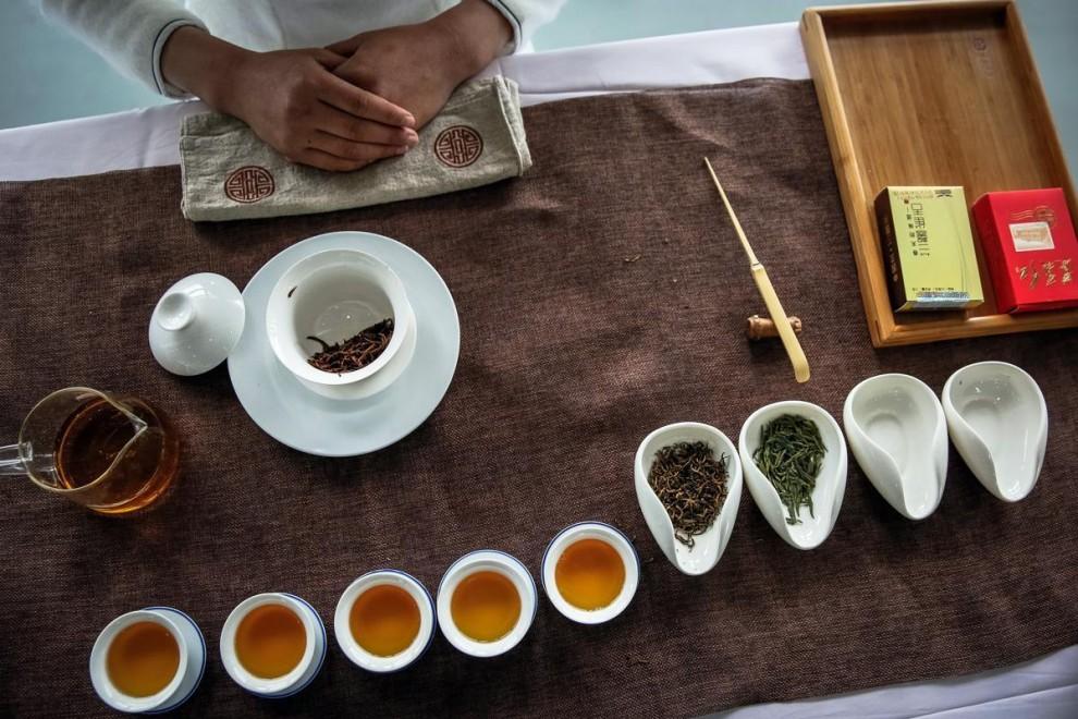 Сезонные работницы отправляются на чайную плантацию в окрестностях Ханчжоу в провинции Чжэцзян.