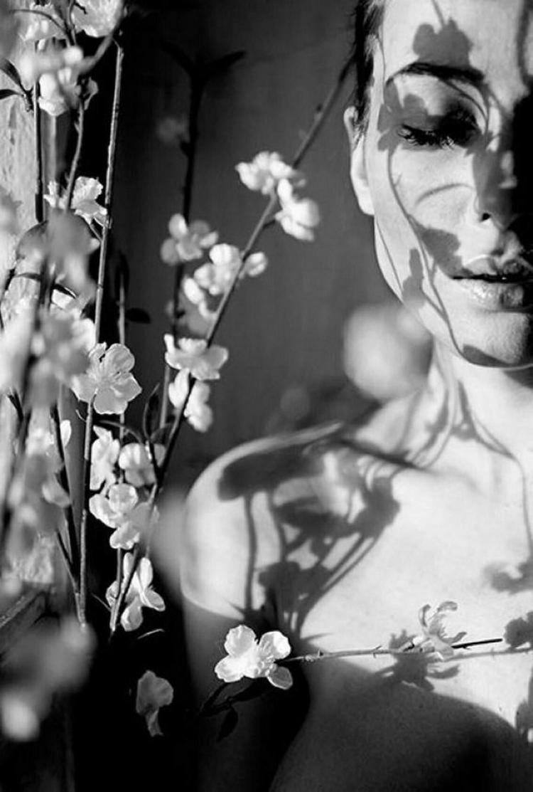 Фотограф, снимающий изящную женскую красоту