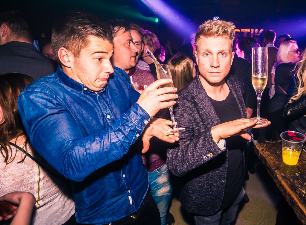 Этому парню шампанское больше не наливать.
