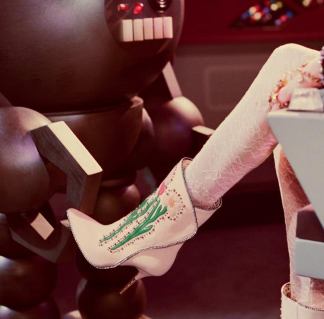 В рекламном видео использован саундтрек из британского телесериала «Space: 1999» («Космос: 1999», 19