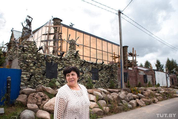 Мария Николаевна рассказала журналистам, что один из их соседей, Александр, написал жалобу на владел
