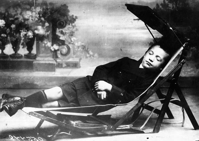 Парта-кровать На фотографии 1913 года школьник отдыхает в гамаке, который раскладывается из письменн
