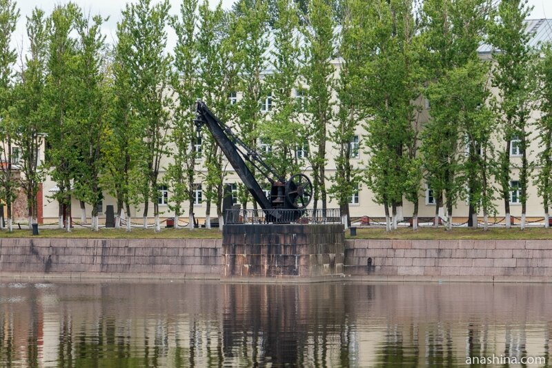 Портовый кран XIX века около Итальянского пруда