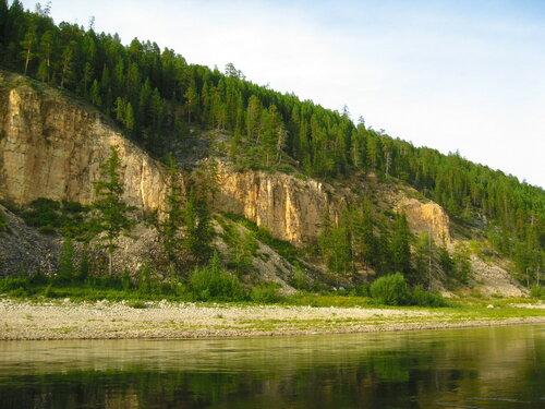 скалистые берега реки.Якутия