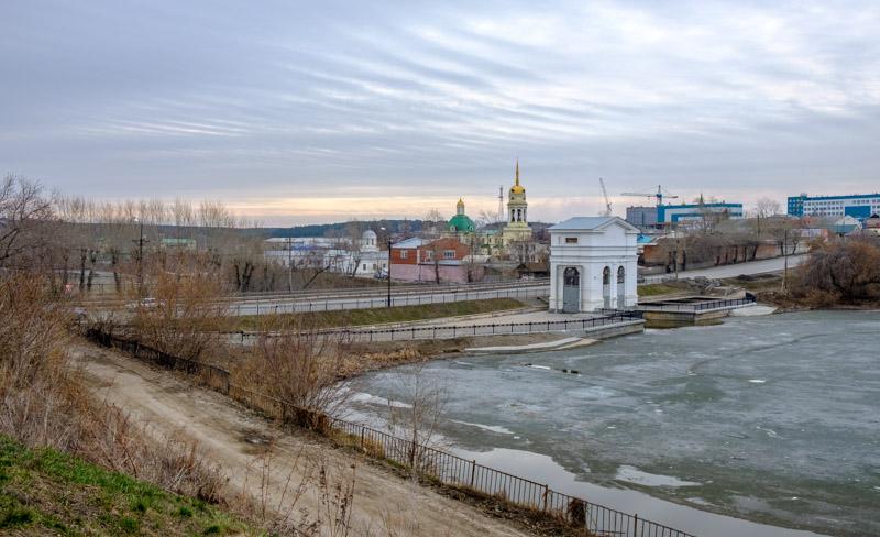 перистые облака плотина и церковь на заднем фоне. городской пейзаж весной