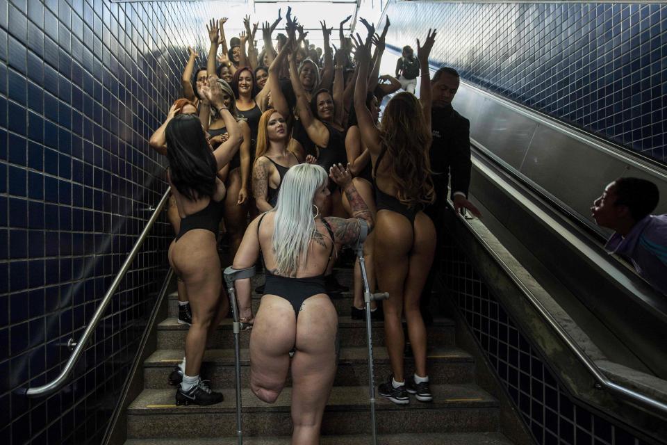 Участницы конкурса «Miss Bum Bum 2017» вышли на улицы Сан-Паулу