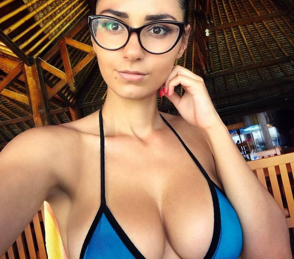 Симпатичные девушки в очках