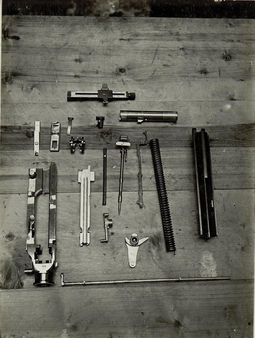 Eroberte Bestandteile italienischer Maschingewehre, aufgenommen im November 1915
