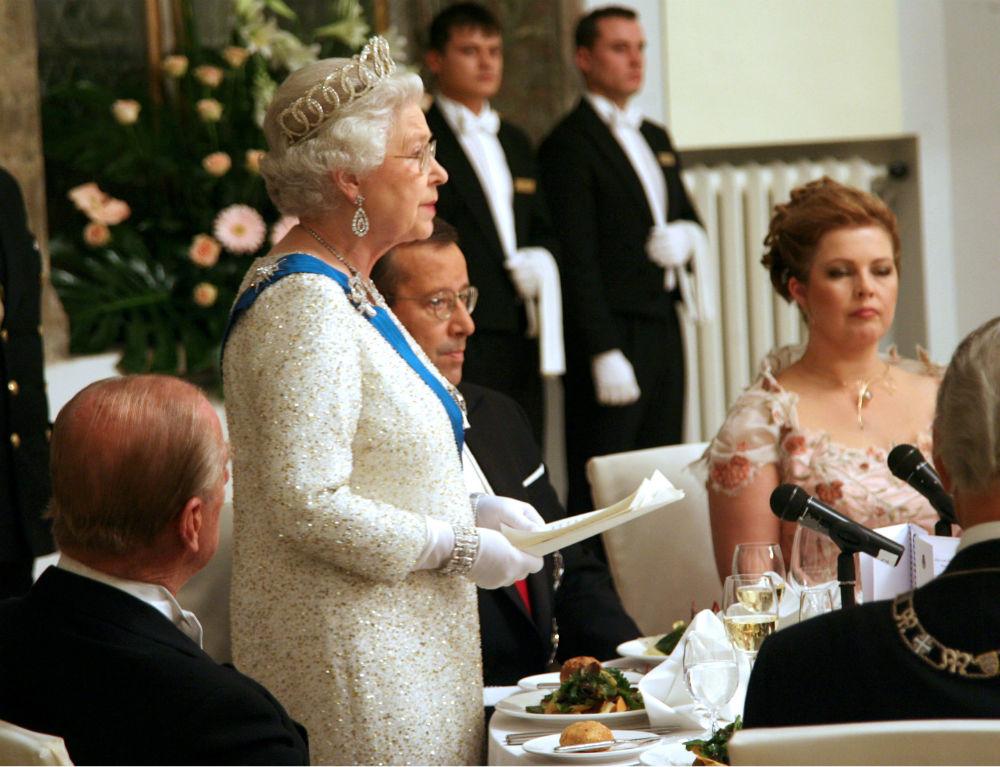 Нельзя есть после королевы Все, кому посчастливилось отобедать с королевой, в том числе и члены ее с