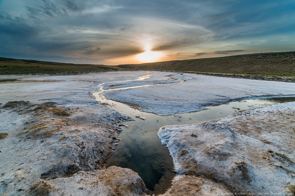 12. На южном берегу озера стоит гора Большое Богдо — единственная гора естественного происхожде