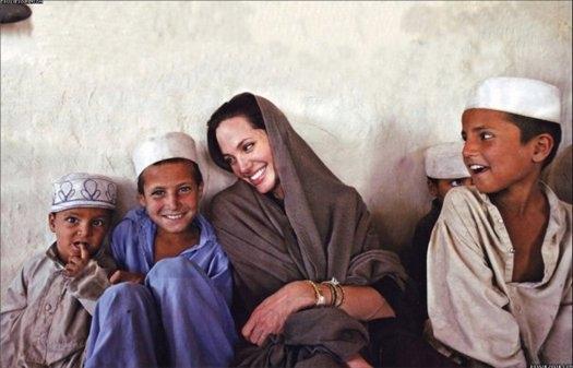 Анджелина Джоли Интерес актрисы к благотворительности проснулся в 2001 году, во время съемок фильма