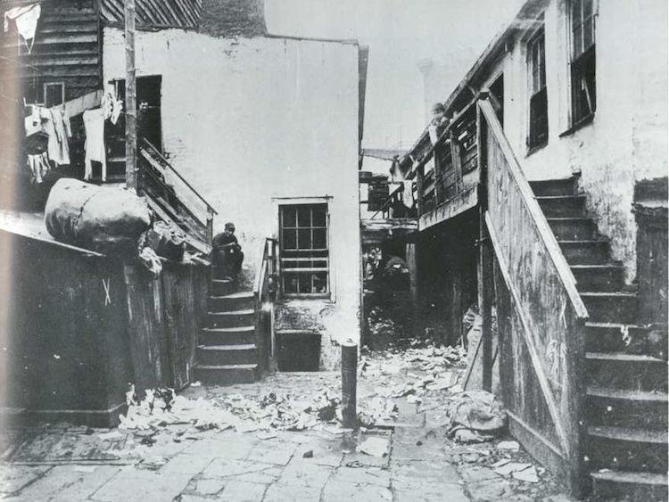 Якоб Риис начал фотографировать бедные районы, питейные заведения и те улицы, о которых остальная ча