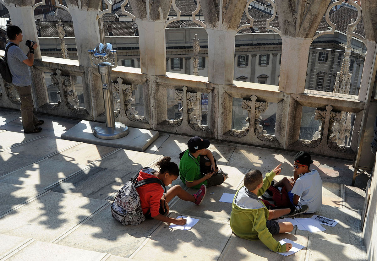 14. Группки детей делают зарисовки архитектурных элементов собора. Наверное, какие-то занятия.