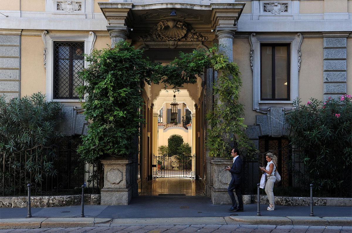 29. На ночь большие ворота закрываются и остается только маленькая дверца для жителей дома, которая