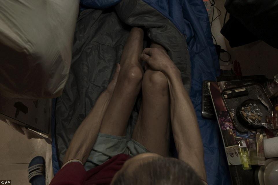 63-летний Вонг Тат-минг сидит в своей квартире, окруженный во всех сторон скромными пожитками: спаль