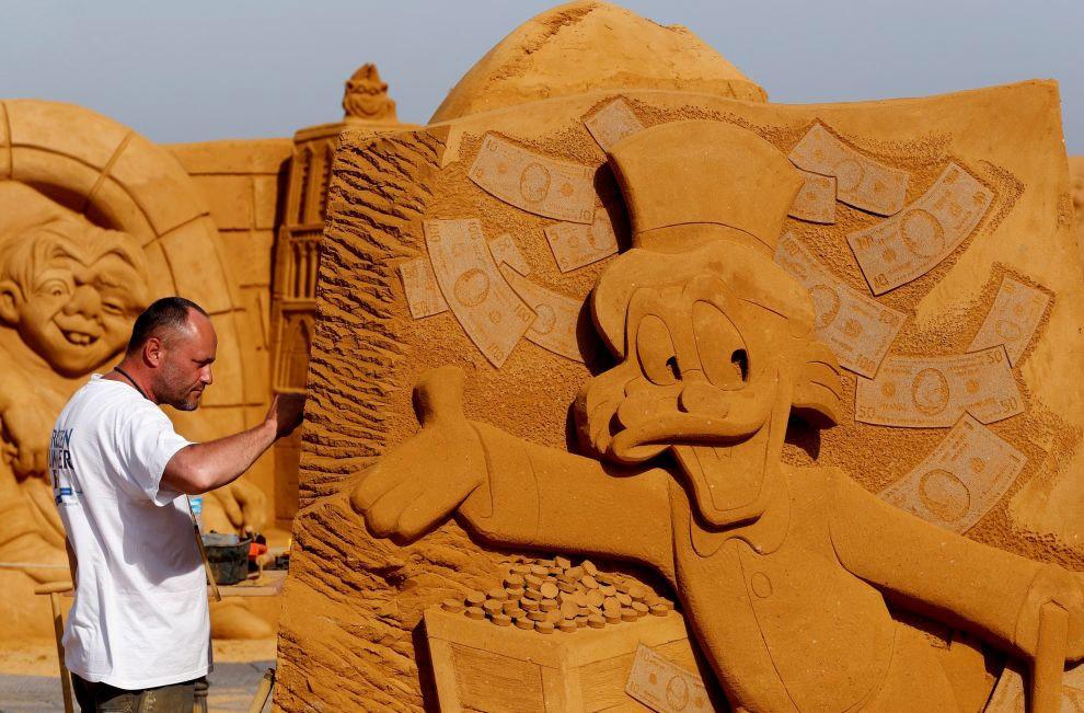 Скульпторы ну очень любят свои творения. И это правильно.