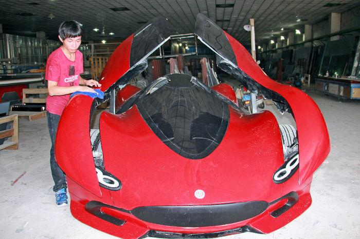 Скопив денег, Чен купил в интернете автомобильные внутренности от заброшенного проекта электрокара и