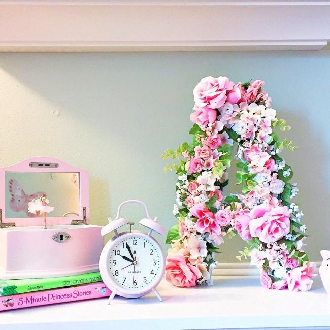 © thecofranhome  Буквы изискусственных цветов раньше использовались исключительно вкачестве