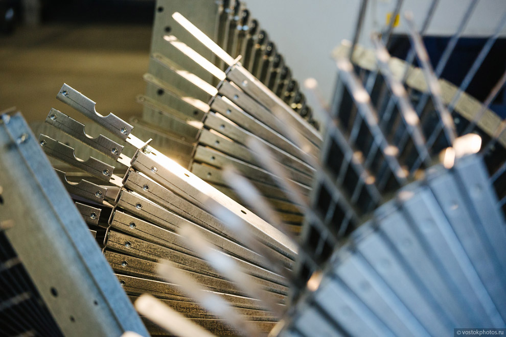 30. Все цеха завода имеют свои склады для хранения комплектующих. На складе работает минимально