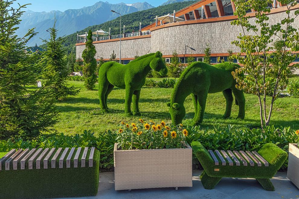 7. На этой живописной территории всех встречают огромные зеленые фигуры медведей, слонов, олене