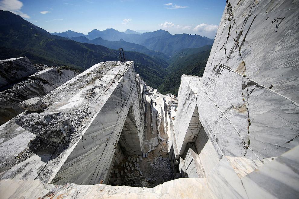 5. Живописная мраморная дорога к мраморному карьеру. (Фото Alessandro Bianchi | Reuters):