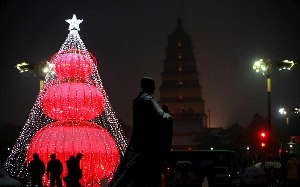 © China Photos  Рождество наряду сДнем святого Валентина иХеллоуином становится все более по