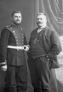 Русский борец И.М.Поддубный (справа) со своим братом.1910