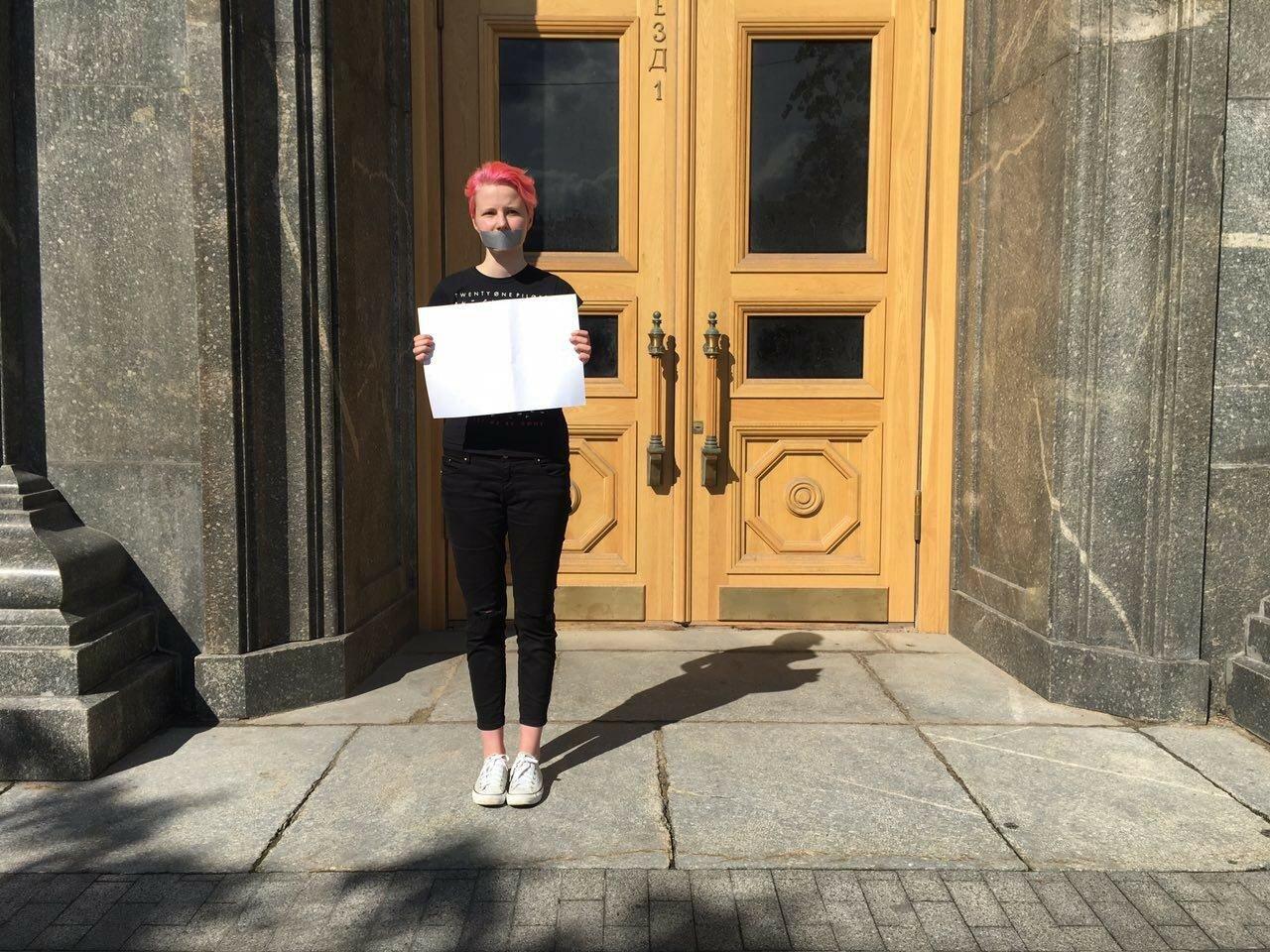 В Москве полиция задержала активистов за чистые листы бумаги