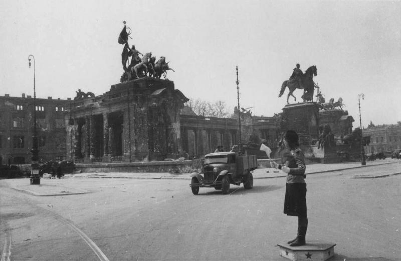 Сов. регулировщица на посту у Королевского дворца в Берлине. 05.45.jpg