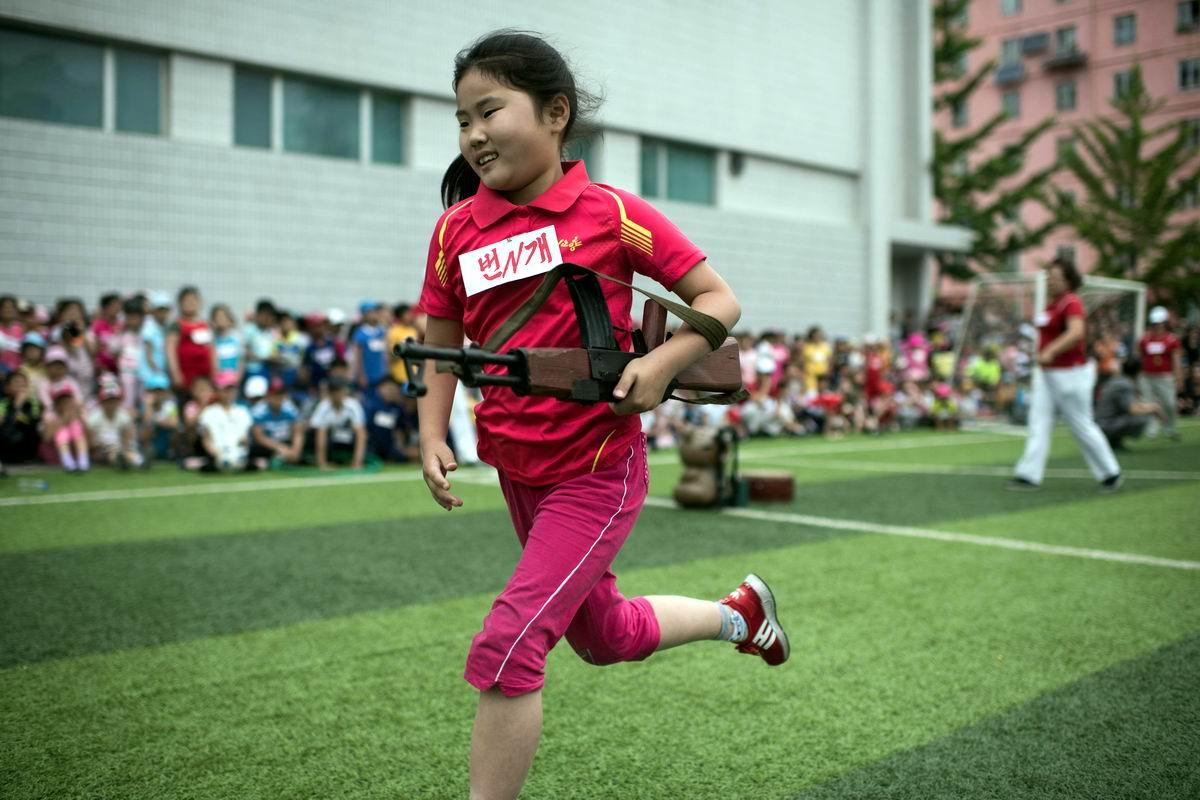 На марш броске с деревянным автоматом в руках: На детских военно-спортивных играх в Северной Корее