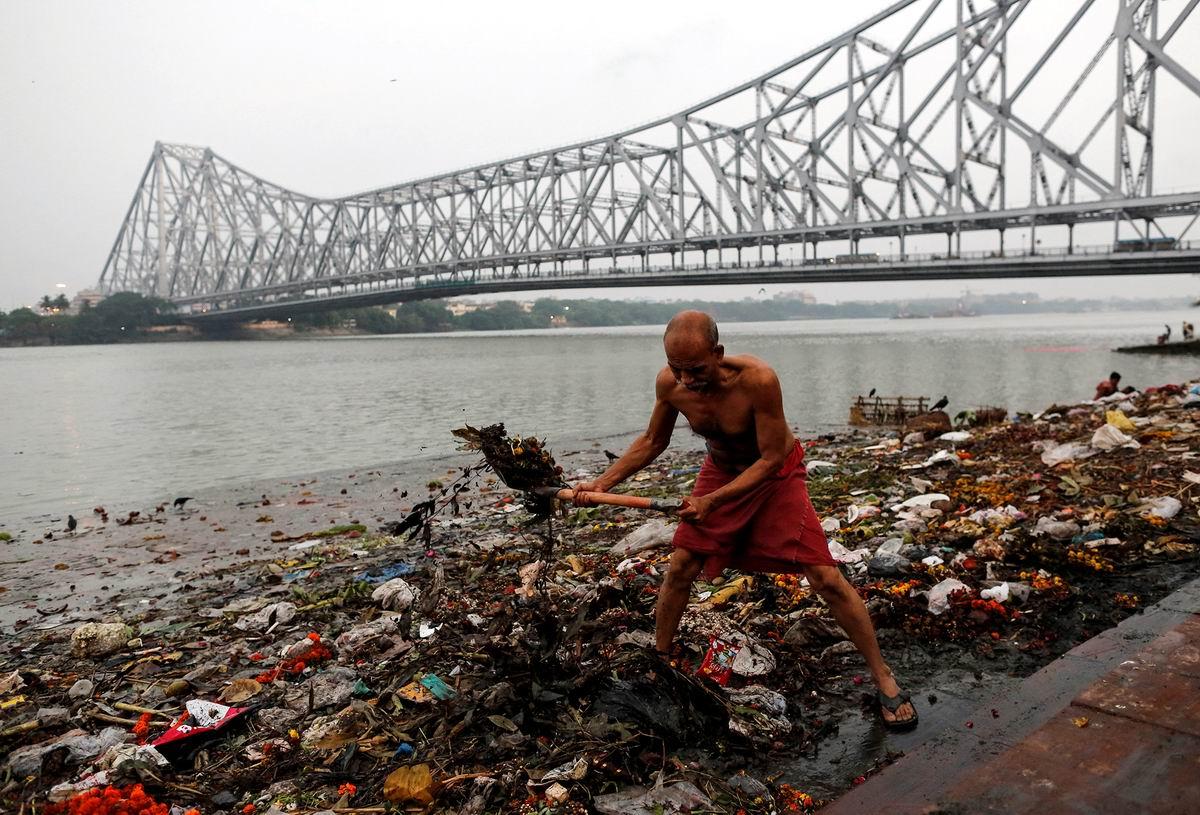 Гребу деньги лопатой: Уборка мусора на берегу индийского Ганга