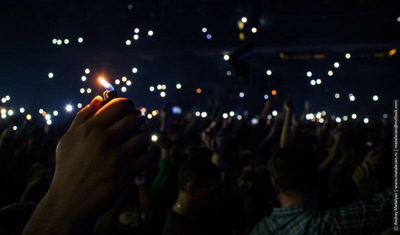 зажигалка в руке на концерте