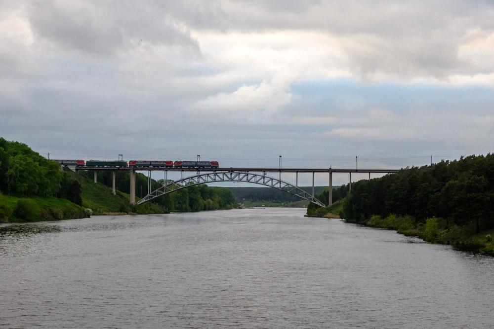 поезд едет по железнодорожному мосту