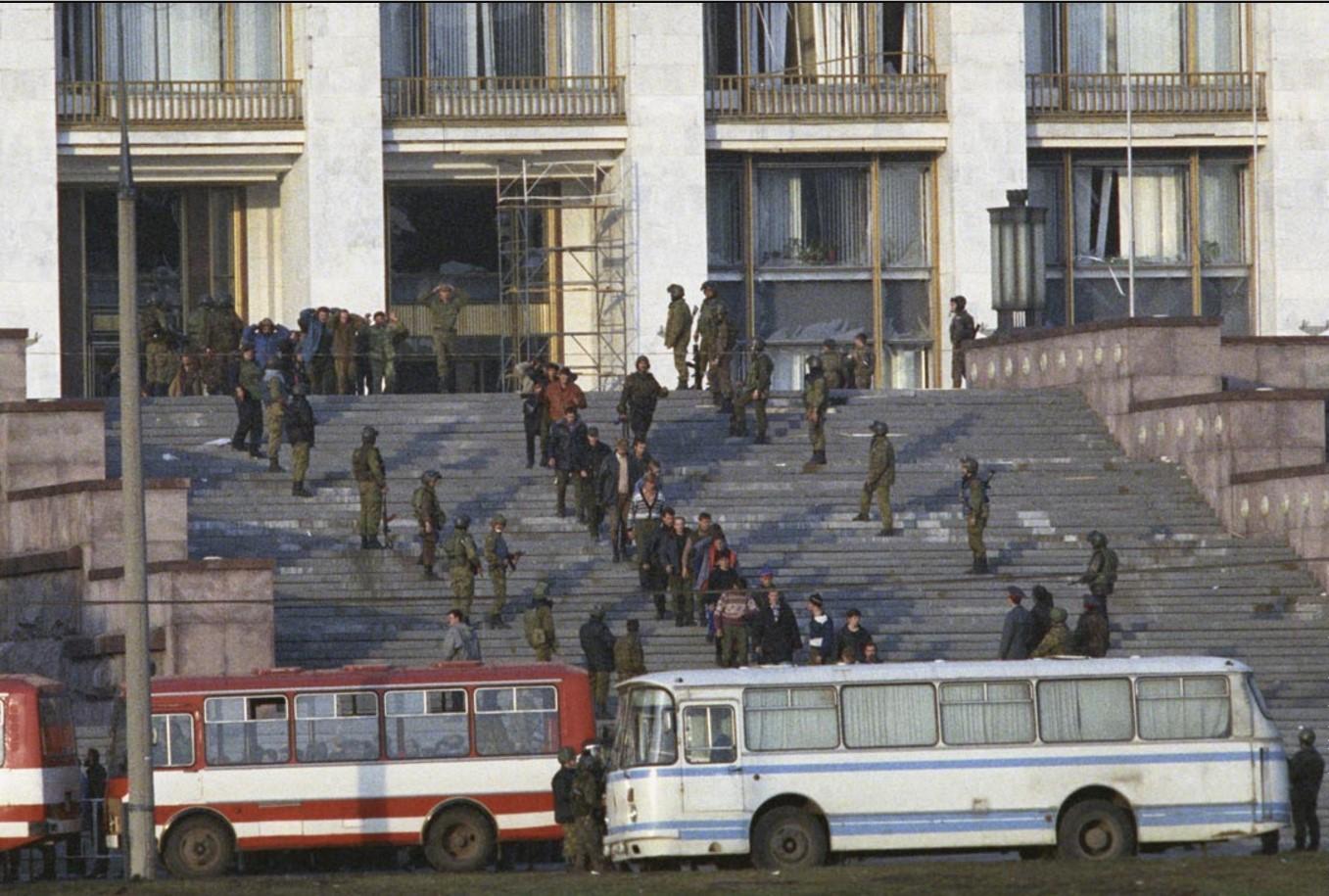 Отряд «Альфа» выводит арестованных из здания Белого дома