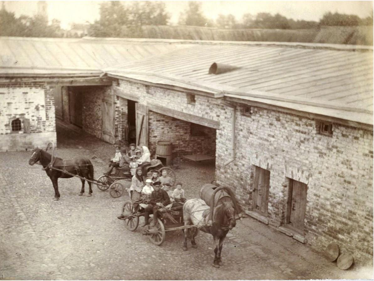 На дворе городской усадьбы в Муроме. Сер. 1890-х