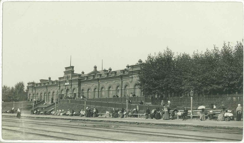 21. Железнодорожный вокзал на станции Арзамас. Паломники в Дивеево ожидают поезд