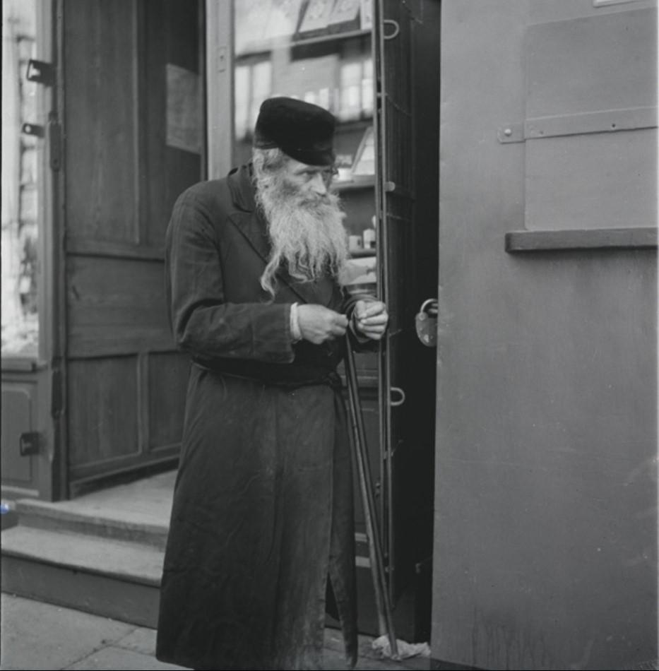 Старик на улице в еврейском квартале