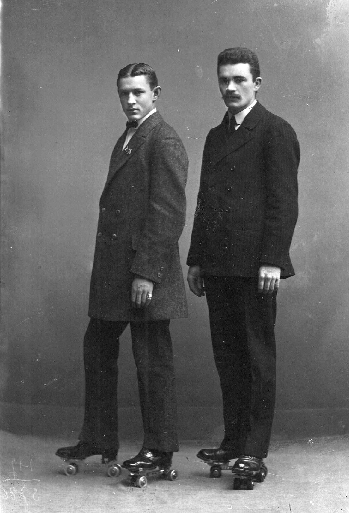 Два спортсмена на роликовых коньках. 1911