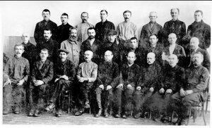 Группа старейших рабочих завода.1916