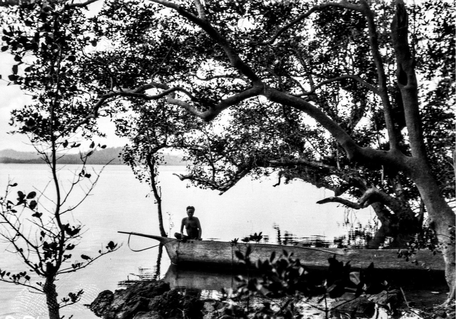 1253. Местная жительница на каноэ в мангровом заливе