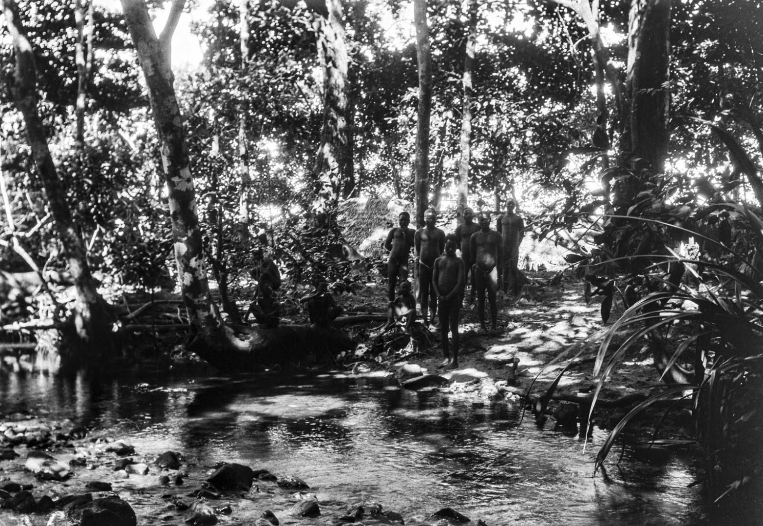 1275.  Народность онге. Мужчины на берегу ручья