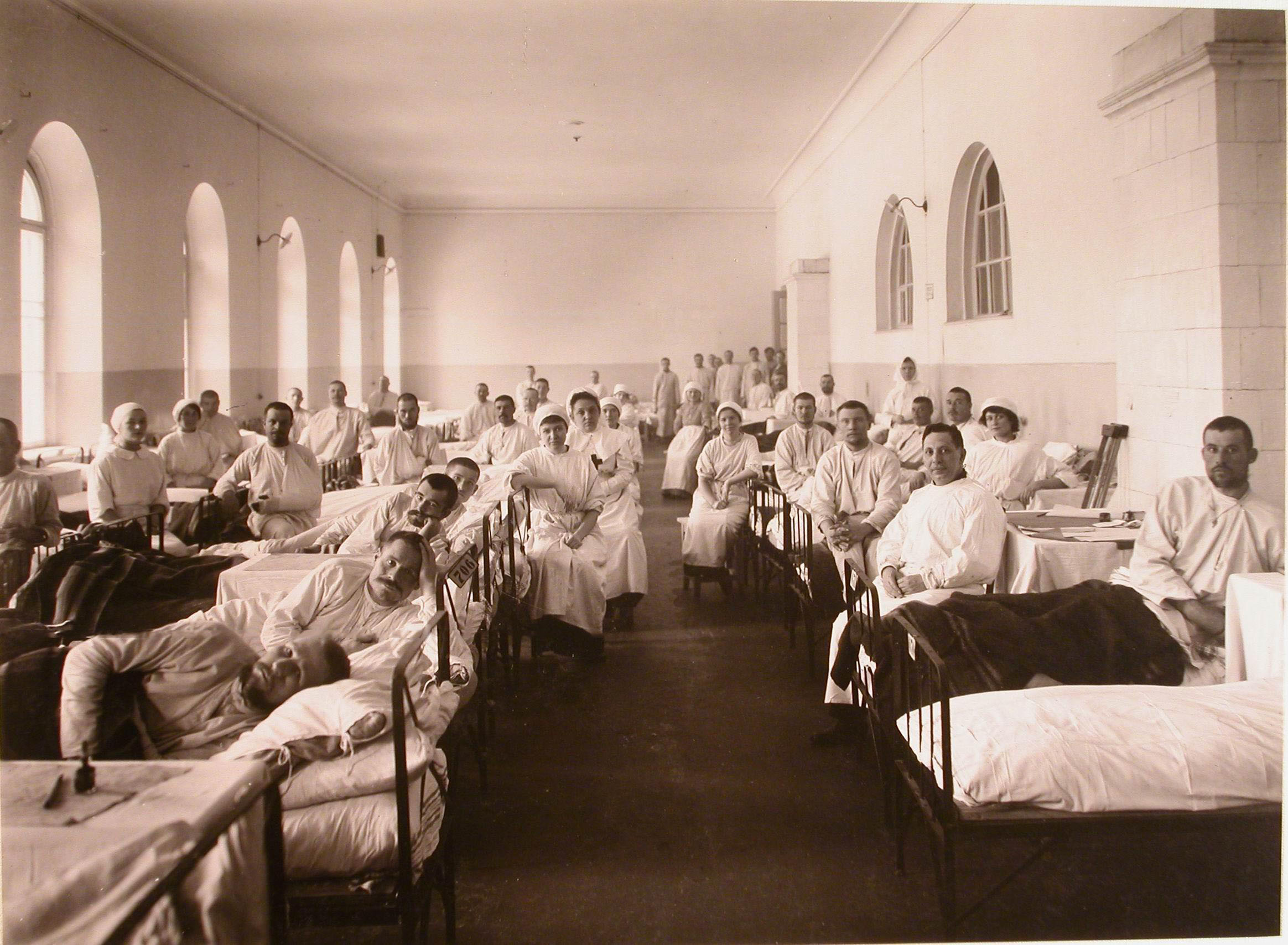 32. Раненые и медицинский персонал в палате №20 госпиталя №5