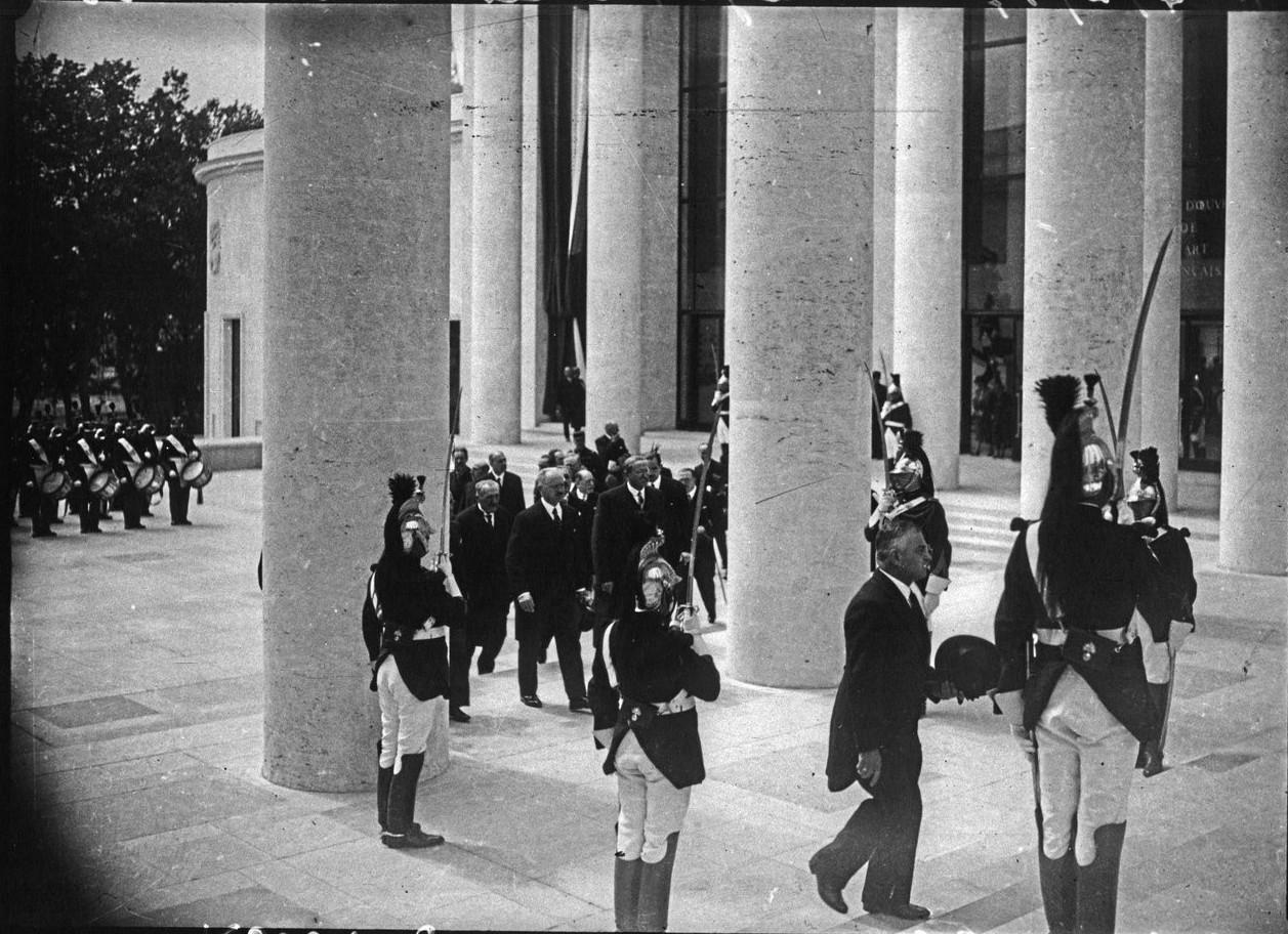 Президентский кортеж в павильоне города Париж (Музей современного искусства). На переднем плане Леон Блюм. 24 мая 1937