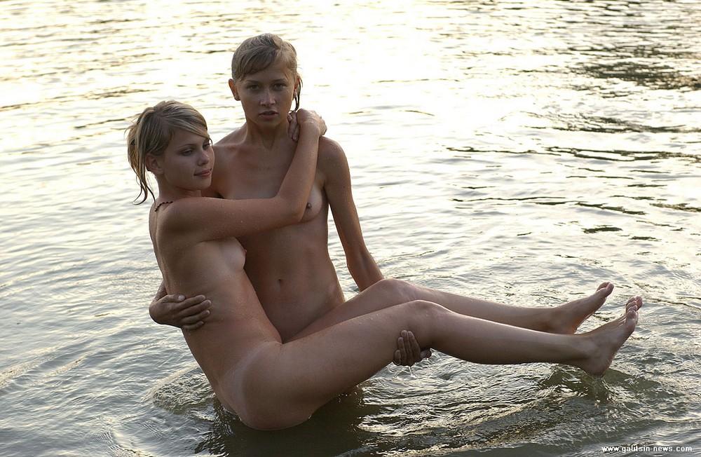 Alice и Krista резвятся в речке