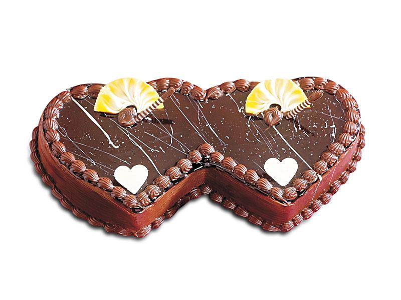 Торт в виде двух соединенных сердечек.  С международным днем торта!