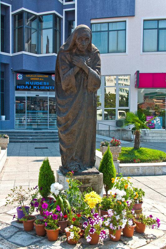 Памятник Матере Терезе в Шкодере Албания