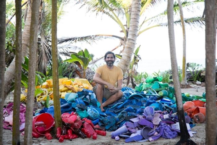 Инсталляции из мусора, найденного на побережье океана