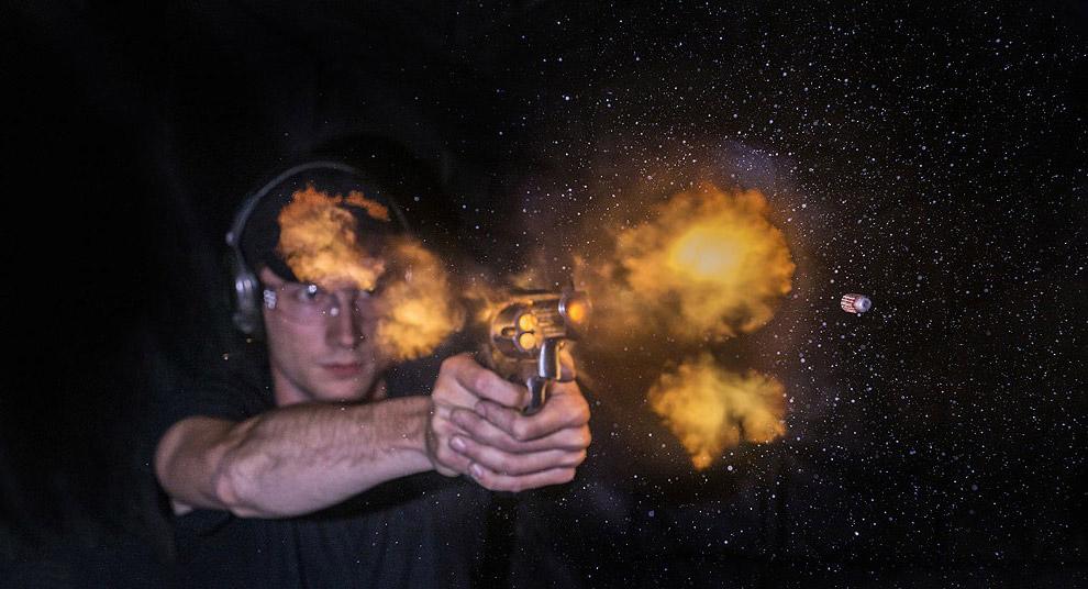 Выстрел из Смит и Вессон модель 500 (Smith & Wesson Model 500), самого мощного серийного револь